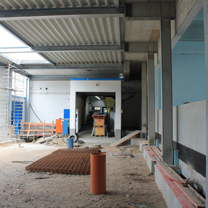 View into the future roofed inner courtyard. To the left the production hall 2, in the middle background the entrance to production hall 1 and to the right the new production hall 3.