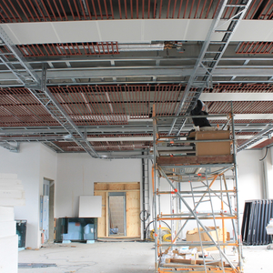 … while the ceiling suspension is installed beneath the ceiling heating in the production hall.