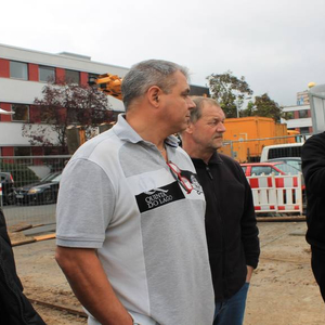 …Meanwhile DIATEST managing director Klaus Orio explains the construction progress to some DIATEST employees.
